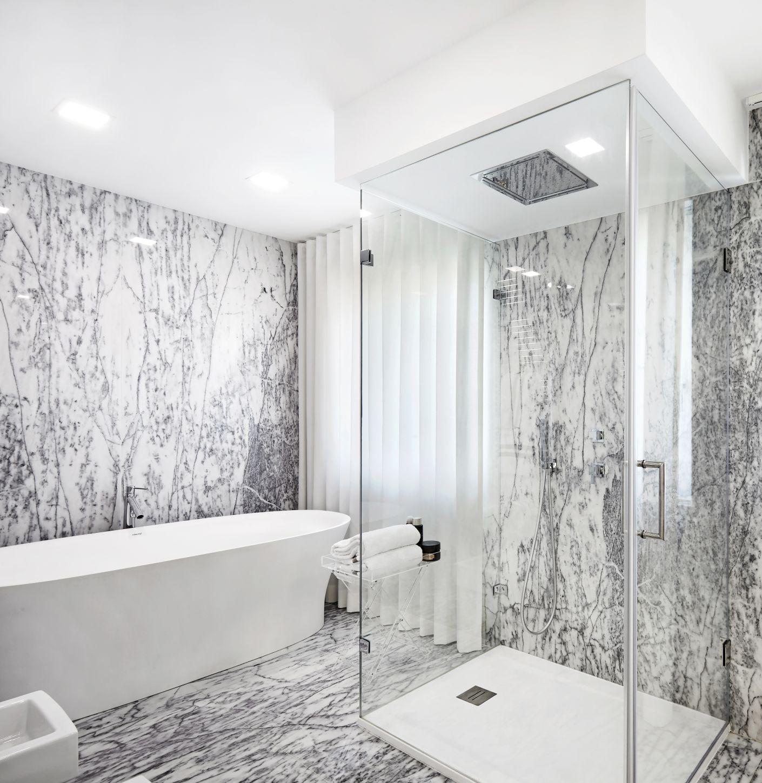 Grafické sklo v koupelně - grafický obklad
